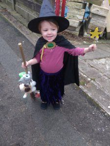 Amazing Room on the Broom witch costume with animals on the broom! So easy and fun! Book Costumes, World Book Day Costumes, Book Week Costume, Witch Costumes, Diy Costumes, Costume Ideas, Amazing Halloween Costumes, Halloween 2017, Scary Pokemon