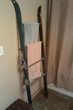 Vintage ski towel rack - a nice DIY project Ski Vintage, Vintage Home Decor, Chalet Chic, Décor Ski, Ski Lodge Decor, Condo Decorating, Ways To Recycle, Snow Skiing, Recycling