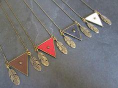 Sautoir triangle en laiton et cuir . Plumes et chaine en laiton .