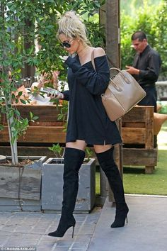 Khloe Kardashian flashes skin in sexy thigh-high boots and mini dress The fashionista had her hair slicked up into a trendy, extra high ponytail. Kardashian and her sisters Kim and Kourtney along with mother Kris Jenner were in Woodland Hills. Estilo Kardashian, Style Khloe Kardashian, Koko Kardashian, Kardashian Fashion, Kendall Jenner Outfits, Cute Date Outfits, Spring Outfits, Mode Outfits, Fashion Outfits