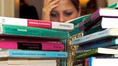 """1. Richtig lesenDie Psychologen Henry Roediger III und Mark McDaniel fassen in ihrem neuen Buch """"Make it stick"""" die richtigen Lernstrategien zusammen. In Dutzenden von Studien fanden sie heraus, dass die meisten Menschen ineffizient lernen. Sie kritisieren vor allem die Methode des mehrfachen Lesens - und kommen zu dem Schluss, dass wir beim erstmaligen Lesen zwar viele neue Informationen hinzugewinnen. Doch durch mehrmaliges Lesen verstehen wir das Thema nicht unbedingt besser. Und deshalb…"""