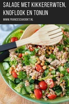 Recept voor makkelijke, snelle zomerse salade met o.a. kikkererwten, blikje tonijn, kropje Romaine sla, citroen, bieslook, peterselie en knoflook. Als maaltijdsalade, lunch, bijgerecht of bij de bbq #salade