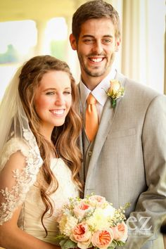 Jill Duggar and Derick Dillard first look. Jill is so beautiful! Wedding Pics, Wedding Couples, Wedding Dresses, Wedding Ideas, Duggar Girls, Duggar Family Blog, Duggar Wedding, Jill Duggar, Fotografia