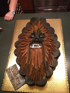 Chewbacca pull-apart cupcake cake Love this and that it is done in buttercream. Star Wars Party, Star Wars Cake, Pull Apart Cupcake Cake, Pull Apart Cake, Cute Cupcakes, Cupcake Cookies, Minion Cupcakes, Birthday Cupcakes, Cake Minion