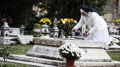 Toho roku, za aktuálnych okolností spôsobených pandémiou Covidu-19, bude možnosť získať úplné odpustky pre zomrelých veriacich predĺžená na celý ... Vatican, Table Decorations, Vatican City, Dinner Table Decorations