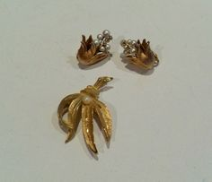 BSK pearl brooch and earrings, gold tone faux pearls, clip ons, vintage jewelry set, signed vintage jewelry, GIngerslittlegems by GingersLittleGems on Etsy