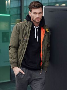 Incredibly comfortable layer styling from the Bolf collection. The heart of this outfit is a sporty trio: basic T-shirt, cotton hoodie and joggers. As outerwear we offer a green winter jacket.