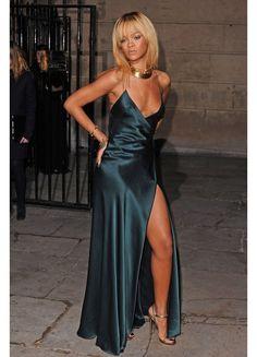 Rihanna In a custom made Giorgio Armani gown at the Stella McCartney presentation. Rihanna Dress, Rihanna Outfits, Rihanna Looks, Rihanna Style, Black Women Fashion, Look Fashion, Womens Fashion, Fashion Boots, Gala Dresses