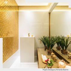 Pirando por este revestimento dourado no lavabo.  Eu quero eu quero eu quero!!!  A neutralidade do branco na bancada e piso deu espaço para o destaque exuberante do revestimento dourado combinando assim com a torneira e demais acessórios. Perfeito!! Arquiteturade http://ift.tt/1U7uuvq arqdecoracao arqdecoracao @arquiteturadecoracao @acstudio.arquitetura #arquiteturadecoracao #adlavabo #admostra #olioliteam