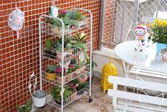 Varanda + jardim vertical - Jardim do Coração Link: http://www.jardimdocoracao.com.br/casa-e-decoracao/uma-varanda-pequena-fofa-e-cheia-de-charme/