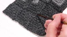 Nyt tehdään tilkkutöitä neuloen. Dominotekniikalla neulotuista paloista voit koota huiveja, peittoja ja kasseja. Neulo paloja erilaisista langoista...