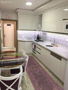 Beyaz mutfak, Halı, Modern mutfak, Mor, Mutfak, Mutfak masası