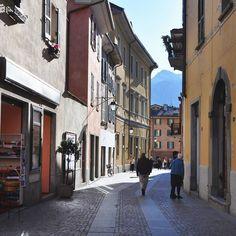 #inlombardia365 e il centro storico di #Chiavenna... magico come i picchi montuosi tutti attorno! Piacevole passeggiata tra le vie rimaste quasi intatte dal 1500. @in_lombardia
