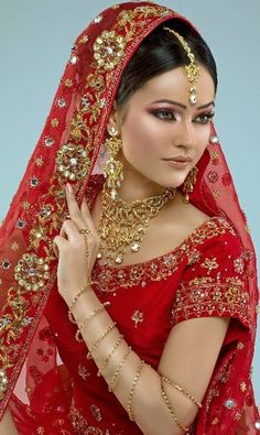 Indian bridal carry among makeup and profound jewelry forms a especially central division of the generally outfit of an indian bride. Indian Bridal Wear, Asian Bridal, Pakistani Bridal, Beautiful Indian Brides, Beautiful Bride, Beautiful Women, Moda Indiana, Indian Dresses, Pakistani Dresses