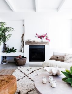 Moroccan and Turkish rugs add texture an interest to the monochromatic coastal living room in this Sydney home. Indoor plants and greenery add to the room's fresh appeal Boho Chic Interior, Bohemian Bedroom Design, Coastal Style, Coastal Decor, Deco Boheme Chic, Contemporary Beach House, House By The Sea, Style Deco, Coastal Living Rooms