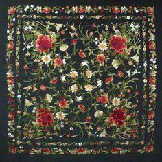 manton de manila bordado a mano en seda natural con flecos