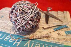 Mit dieser Anleitung kannst du aus Altpapier Papier-Garn herstellen. Das fertige Band eignet sich als Geschenkband sowie zum Stricken, Weben und Häkeln.