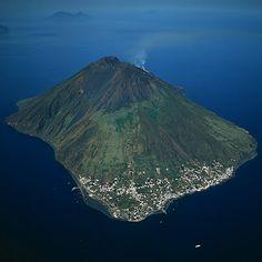 Isla y volcán de Stromboli, Italia.