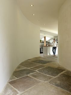 Strawbale House, England, love the flagstone flooring. Earth Bag Homes, Rammed Earth Homes, Foyer Flooring, Flagstone Flooring, Adobe House, Prefab Homes, Eco Homes, Natural Building, Earthship