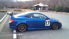 《No.012》  ・ニックネーム  青い彗星・タカ・アズナブル      ・メーカー名、車種、年式  2000年式、ホンダ・インテグラR    ・アピールポイント  こんにちは。インテグラですが、会社に入社したときからの付き合いで、今年で8年目となります。日本車ですが、アメリカな感じのボリュームのあるスタイルがお気に入りです。あと、ロードランナー、コヨーテ、ロードストローラのステッカーも大のお気に入りです♪。