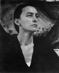 Georgia O'Keeffe, née le 15 novembre 1887 à Sun Prairie, Wisconsin, et morte le 6 mars 1986 à Santa Fe, Nouveau-Mexique, est une peintre américaine considérée comme une des peintres modernistes majeures du XXᵉ siècle.