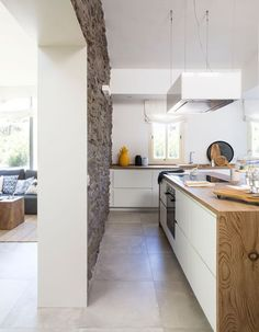 Reforma e interiorismo de una casa de 150 metros en Mallorca Green Kitchen, New Kitchen, Kitchen Decor, Kitchen Flooring, Kitchen Furniture, Tall Kitchen Cabinets, Handleless Kitchen, Cheap Diy Home Decor, Black Kitchen Faucets