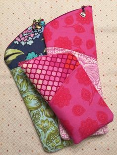 This Tulip Zipper Case pattern is a fabulous quick and easy sew, great for beginners and perfect for gift giving or craft fairs!