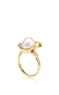 This 18K yellow gold ring by **Amsterdam Sauer x Bianca Brandolini** features an open oyster consrtruction in which rests an organic shaped pearl.