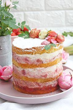 Erdbeertorte mit Rhabarber ist eine fruchtige und cremige Torte. Zarte und lockerer Vanille-Biskuitböden, die mit Erdbeer-Rhabarberkompott belegt sind und darauf ist eine Mascarpone-Sahnecreme. Man könnte auch sagen ,es ist ein Naked-Cake, da man die Böden noch etwas sieht. Sweet Bakery, Spring Recipes, Easy Peasy, Vanilla Cake, Cheesecake, Good Food, Favorite Recipes, Eat, Desserts