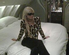 Não acreditei quando vi estas fotos que a Paris Hilton postou no twitter dela… isso é que é viajar em grande estilo!!! Dá para imaginar viajar num jatinho com estas opções de cama e banheiro privado?!