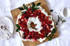 Pavlova Julekrans - Baking for alle Norwegian Food, Frisk, Pavlova, Caprese Salad, Dessert, Baking, Dessert Food, Desserts, Bakken