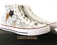 Chuck Taylor All Stars, High Top Converse Schuhe, Cat Design Converse, handbemalte Converse, Convers Converse All Star, Converse Chuck Taylor, Cheap Converse Shoes, Diy Converse, Converse Design, Wedding Converse, All Star Shoes, Custom Converse, Outfits With Converse