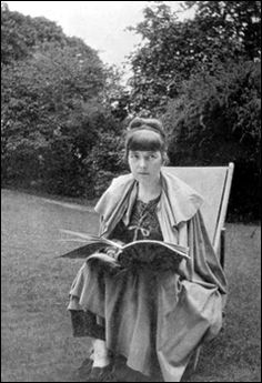 Katherine Mansfield New Zealand short story writer. At Mansfield left New Zealand and settled in the United Kingdom, where she became a friend of modernist writers such as D. Lawrence and Virginia Woolf. Katherine Mansfield, Vanessa Redgrave, Virginia Woolf, Modernist Writers, Romantic Love Letters, People Reading, Bloomsbury Group, Story Writer, Writers And Poets