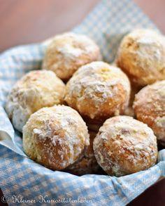 fluffig weiche Donutmuffins - Art Hefeteig mit Backpulver und reichlich Butter sowie Zucker, mit Butter bestrichen, in Puderzucker gewälzt - http://www.kuriositaetenladen.com/2011/08/donutmuffins.html