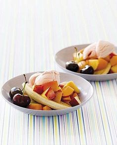 Insalata di frutta estiva con gelato alla frutta