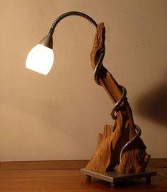 Lampe bureau ou table déco. Création originale en bois brut métal et verre