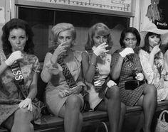 1968. Varias Miss Subway neoyorquinas brindando en el metro con motivo de la inauguración de una nueva estación en la 57 Street. Esta gente sí que sabe hacer de cualquier cosa un real show business. #1968 #1968images #1968enimagenesbarbaras #curatoriavisualvirtualbarbarie #nysubway #misssubway #subway #metro by barbarie_chile
