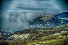 IL Forte...dobbiamo aggiungere altro? Ph. Maurizio Ravera. #Gavi #Gavi972 #ConsorzioTuteladelGavi #fortedigavi #ig_italia #igers_piemonte #igerspiemonte #landscape #picoftheday #paesaggio #piedmont #Piemonte #nebbia #fog #foggy #vineyard #vino
