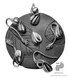 RAICES: Plata, oro, jícara, barro  negro, textiles, ámbar, amatista, peridot,ópalos, cuarzos, semillas, ágatas,  geodas en bruto, turquesa, maderas,  cerámica, obsidiana, ónix y coral  cultivado. Diseñadora: Flora María