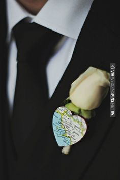This groom sported a heart-shaped map of the city where he and his bride tied the knot on his boutonniere. | VIA #WEDDINGPINS.NET