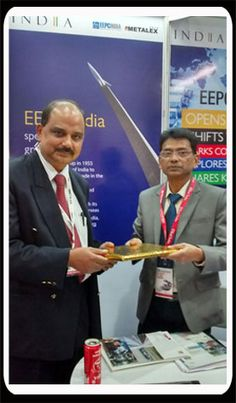 Mr. Chanchal Kr. Bhadra, Assistant Director, EEPC INDIA  is presenting memento to a Dignitary in the EEPC INDIA Booth.