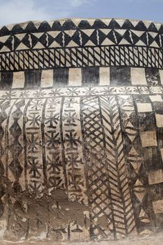 Picture of Tiébélé painted houses (Burkina Faso): The modern decoration method: using tar for painting
