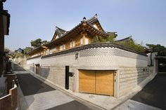 An old-school architect is staging a minor architectural insurrection in Seoul's most picturesque residential neighborhood Asian Architecture, Sustainable Architecture, Interior Architecture, Building Design, Building A House, Home Still, Asian Design, Historic Homes, Traditional House