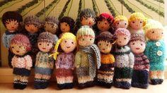 Les mini poupées tricotées. Elles sont en vente dans ma boutique.…