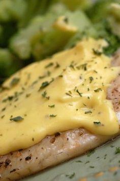 Özellikle balık yemeklerinde (Somon veya levrek gibi) kullanılan yumurta ve tereyağıyla hazırlanan bir sostur hollandaise...