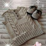It's a beautiful baby vest.You can get detailed information about this model from the link below. Kids Knitting Patterns, Knitting For Kids, Knitting Designs, Knitting Projects, Hand Knitting, Knitted Baby Outfits, Knitted Baby Cardigan, Crochet For Boys, Sweater Design