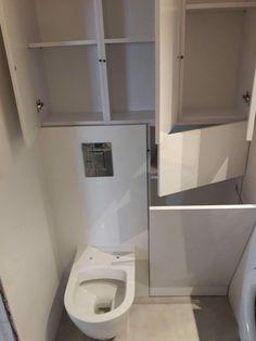 Zabudowa toalety. Sprytne schowki w łazience. BIAŁA ŁAZIENKA WYSOKI POŁYSK/ kosz na pranie w szafce Laundry Room Cabinets, Laundry Room Bathroom, Bathroom Plans, Upstairs Bathrooms, Bathroom Renovations, Small Bathroom, Eclectic Bathroom, Bathroom Interior, Kids Room Bookshelves