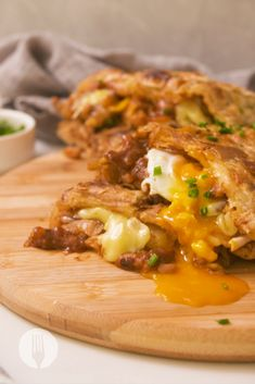 We'll have this EPIC Loaded Breakfast Braai Pie for brekkie, lunch or dinner👇😍🥧 How about you? Cheesy Garlic Bread, Cheesy Potatoes, Mashed Potatoes, Braai Pie, South African Recipes, Ethnic Recipes, Breakfast Pie, Cheesy Recipes, Dried Beans