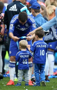 Eden et ses enfants après le dernier match. Chelsea Fc, Chelsea Football, Football Boys, Kids Soccer, Football Players, Eden Hazard Chelsea, Gareth Bale, Lionel Messi, Cristiano Ronaldo