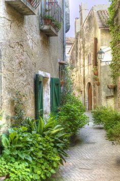 Strolling in Capalbio (Maremma)
